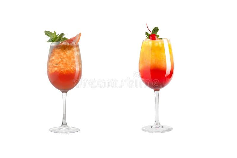 Κοκτέιλ οινοπνεύματος με τη μέντα, τα φρούτα και τα μούρα σε ένα άσπρο υπόβαθρο Ένα σύνολο δύο κοκτέιλ goblets γυαλιού σε ένα μακ στοκ φωτογραφίες με δικαίωμα ελεύθερης χρήσης