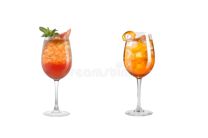 Κοκτέιλ οινοπνεύματος με τη μέντα, τα φρούτα και τα μούρα σε ένα άσπρο υπόβαθρο Ένα σύνολο δύο κοκτέιλ goblets γυαλιού σε ένα μακ στοκ εικόνες με δικαίωμα ελεύθερης χρήσης