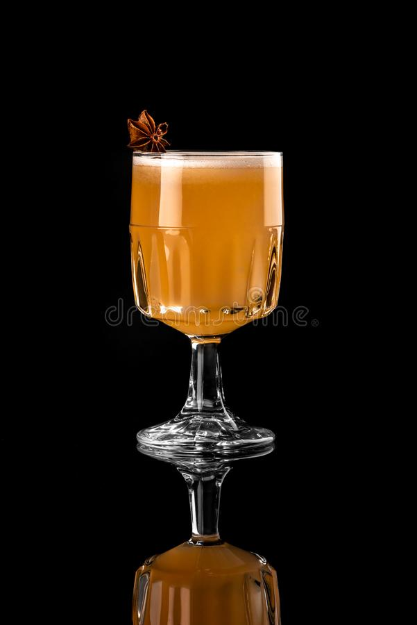 Κοκτέιλ στο μαύρο υποβάθρου επιλογών σχεδιαγράμματος εστιατορίων φραγμών βότκας καυτό στούντιο μήλων anis wiskey τονωτικό πορτοκα στοκ φωτογραφία με δικαίωμα ελεύθερης χρήσης