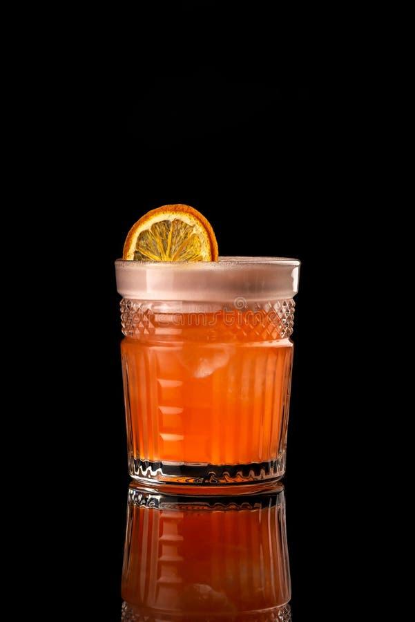 Κοκτέιλ στο μαύρο υποβάθρου επιλογών σχεδιαγράμματος εστιατορίων φραγμών βότκας ξηρό ξινό στούντιο ουίσκυ λεμονιών wiskey τονωτικ στοκ φωτογραφία