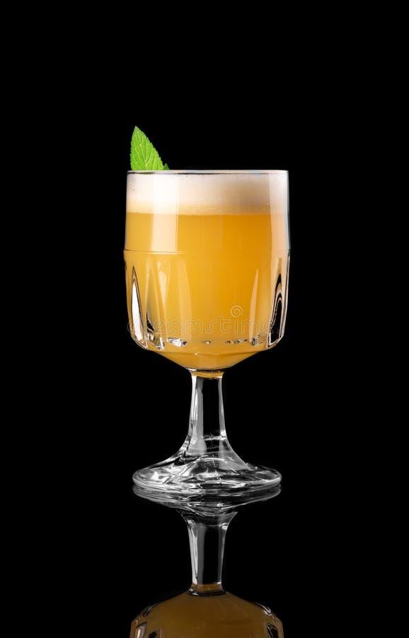 Κοκτέιλ στο μαύρο υποβάθρου επιλογών σχεδιαγράμματος εστιατορίων φραγμών βότκας στούντιο μεντών wiskey τονωτικό πορτοκαλί καραϊβι στοκ εικόνα