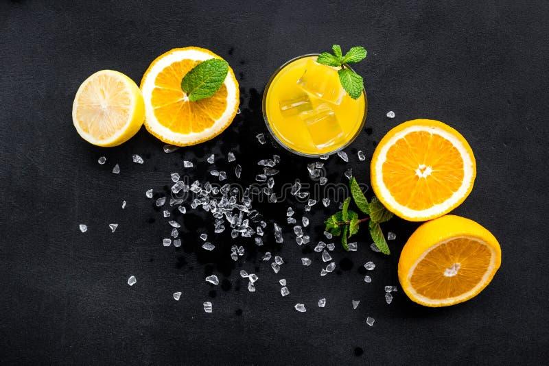 Κοκτέιλ χυμού από πορτοκάλι και εσπεριδοειδών Ο χυμός στο ποτήρι έκοψε πλησίον το πορτοκάλι και το λεμόνι, συντριμμένος πάγος, πρ στοκ εικόνες με δικαίωμα ελεύθερης χρήσης