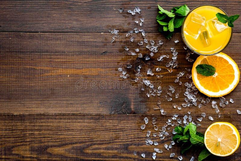 Κοκτέιλ χυμού από πορτοκάλι και εσπεριδοειδών Ο χυμός στο ποτήρι έκοψε πλησίον το πορτοκάλι και το λεμόνι, συντριμμένος πάγος, πρ στοκ εικόνα με δικαίωμα ελεύθερης χρήσης