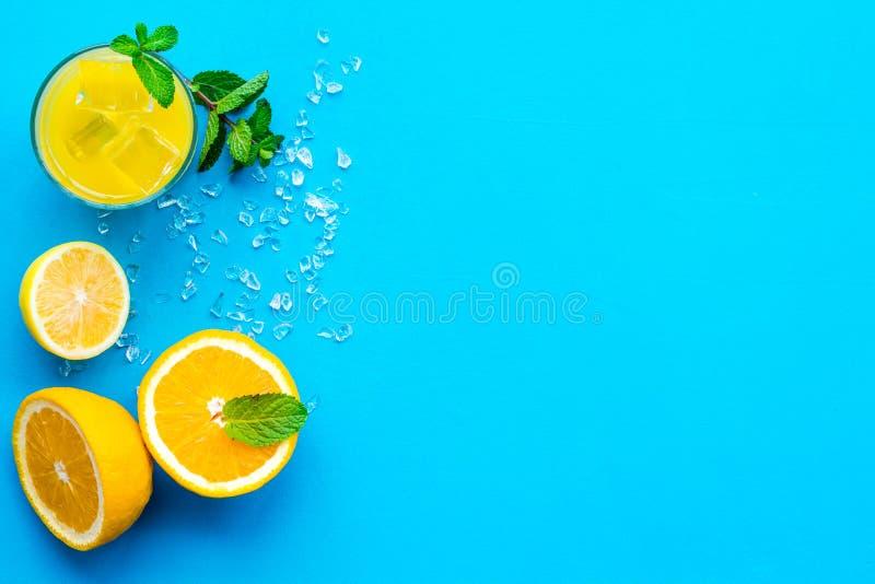 Κοκτέιλ χυμού από πορτοκάλι και εσπεριδοειδών Ο χυμός στο ποτήρι έκοψε πλησίον το πορτοκάλι και το λεμόνι, συντριμμένος πάγος, πρ στοκ εικόνα