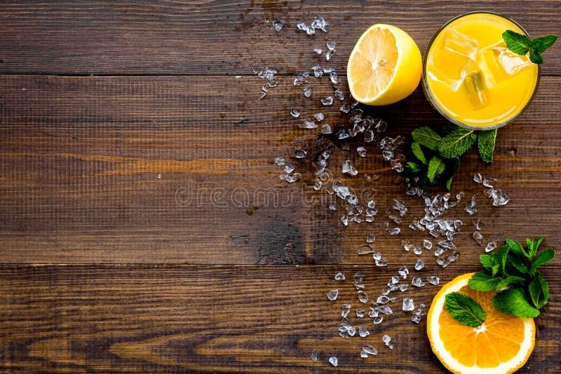Κοκτέιλ χυμού από πορτοκάλι και εσπεριδοειδών Ο χυμός στο ποτήρι έκοψε πλησίον το πορτοκάλι και το λεμόνι, συντριμμένος πάγος, πρ στοκ φωτογραφία με δικαίωμα ελεύθερης χρήσης
