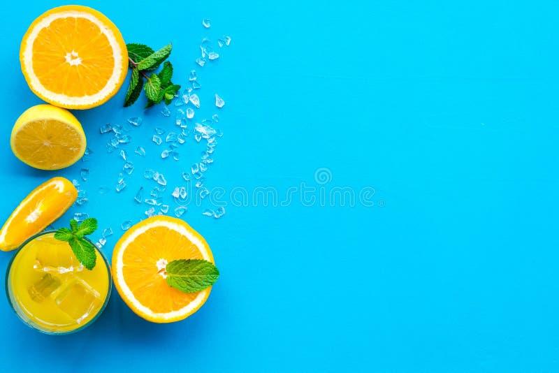 Κοκτέιλ χυμού από πορτοκάλι και εσπεριδοειδών Ο χυμός στο ποτήρι έκοψε πλησίον το πορτοκάλι και το λεμόνι, συντριμμένος πάγος, πρ στοκ εικόνες