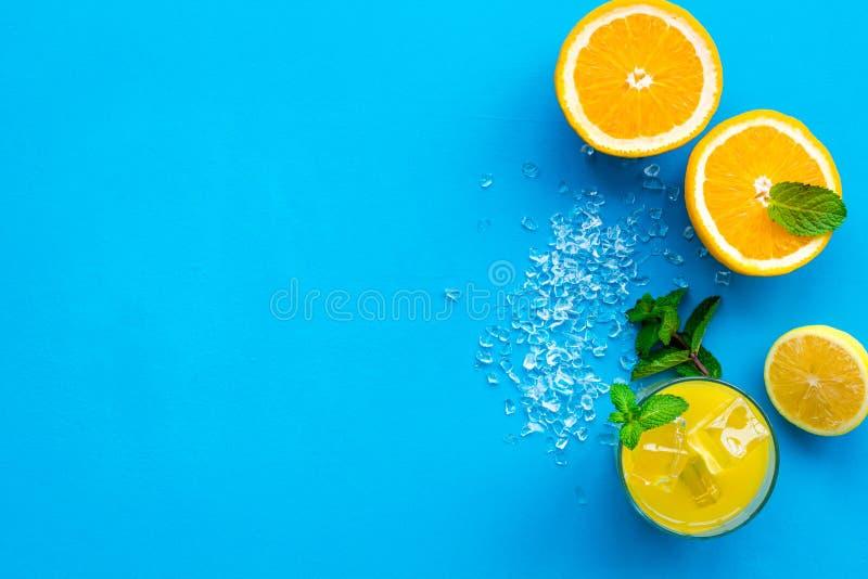 Κοκτέιλ χυμού από πορτοκάλι και εσπεριδοειδών Ο χυμός στο ποτήρι έκοψε πλησίον το πορτοκάλι και το λεμόνι, συντριμμένος πάγος, πρ στοκ φωτογραφία