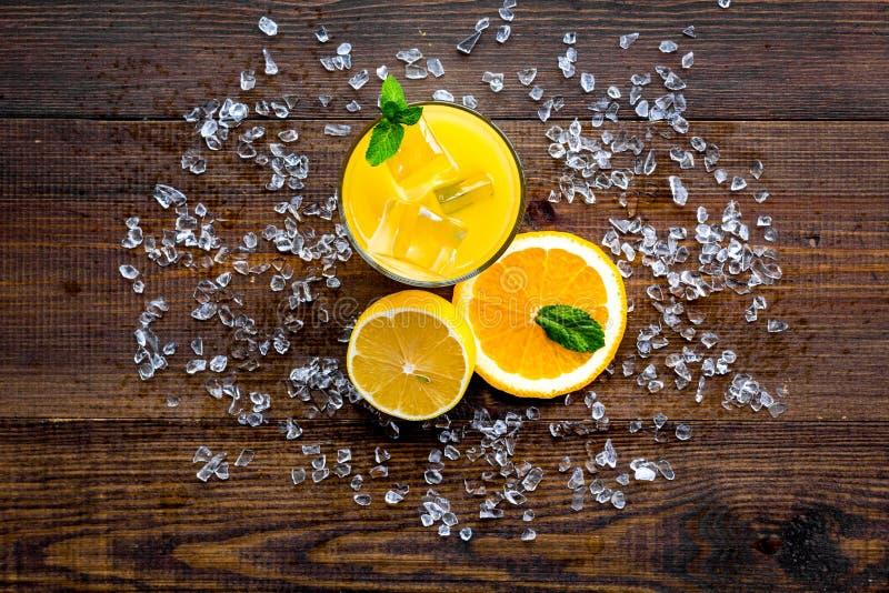 Κοκτέιλ χυμού από πορτοκάλι και εσπεριδοειδών Ο χυμός στο ποτήρι έκοψε πλησίον το πορτοκάλι και το λεμόνι, συντριμμένος πάγος, πρ στοκ φωτογραφίες με δικαίωμα ελεύθερης χρήσης