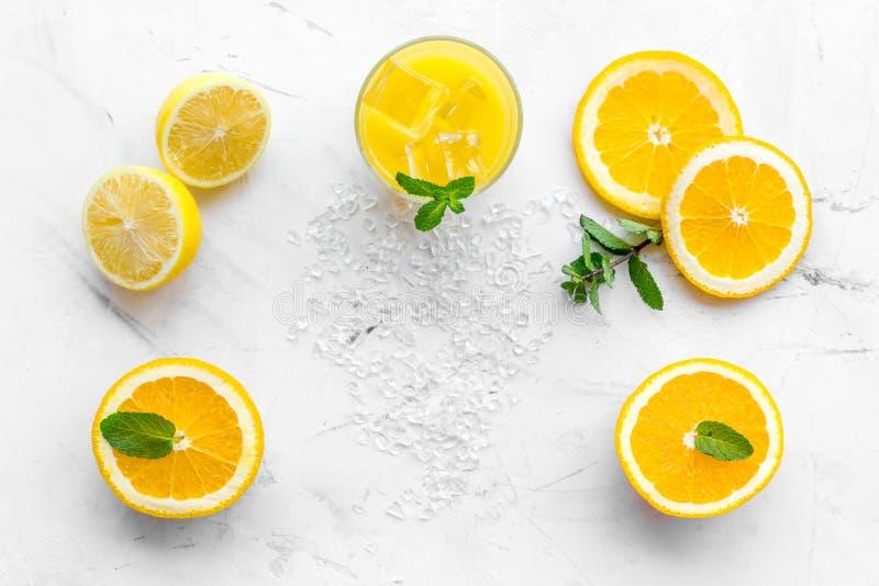 Κοκτέιλ χυμού από πορτοκάλι και εσπεριδοειδών Ο χυμός στο ποτήρι έκοψε πλησίον το πορτοκάλι και το λεμόνι, συντριμμένος πάγος, πρ στοκ φωτογραφίες