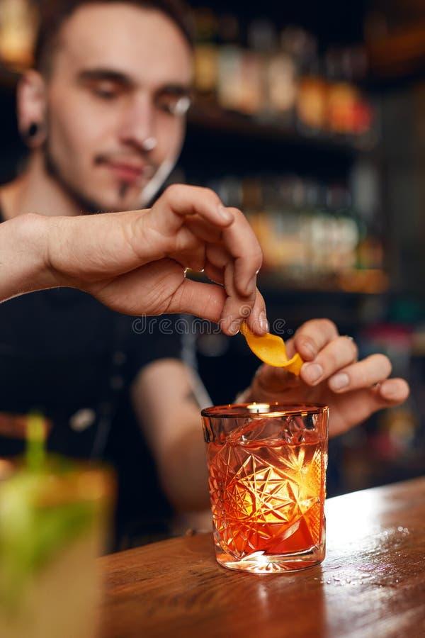 Κοκτέιλ Bartender που προετοιμάζει το κοκτέιλ στο φραγμό στοκ εικόνες με δικαίωμα ελεύθερης χρήσης
