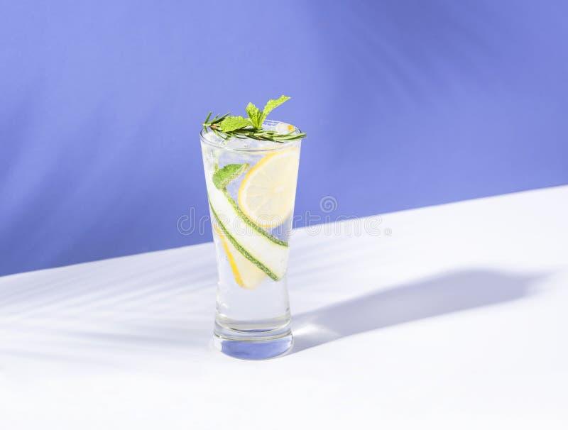 Κοκτέιλ Mojito με το λεμόνι και μέντα στο γυαλί στο μπλε υπόβαθρο θερινό ποτό στοκ φωτογραφία με δικαίωμα ελεύθερης χρήσης