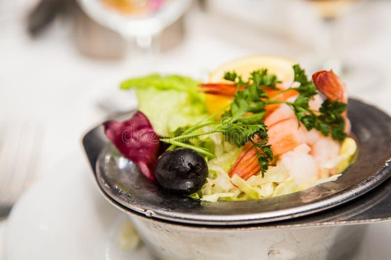 Κοκτέιλ γαρίδων με το λεμόνι μαϊντανού και τη μαύρη ελιά στοκ εικόνα με δικαίωμα ελεύθερης χρήσης