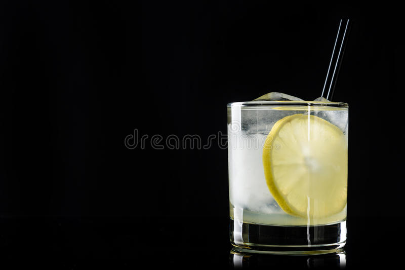 Κοκτέιλ με το λεμόνι και τον πάγο στοκ εικόνες