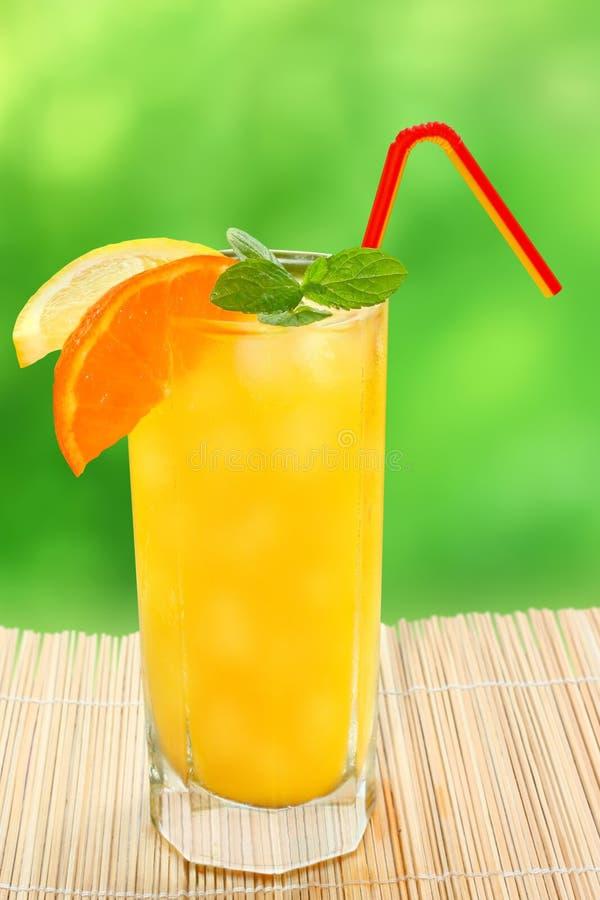 Κοκτέιλ με tangerine και λεμονιών το χυμό στοκ φωτογραφία