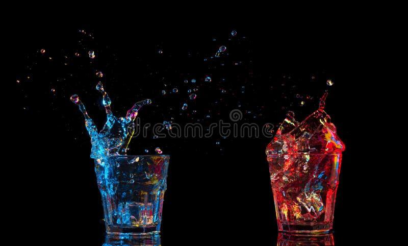 Κοκτέιλ στο γυαλί με τους παφλασμούς στο σκοτεινό υπόβαθρο Ψυχαγωγία λεσχών κόμματος Μικτό φως στοκ φωτογραφία