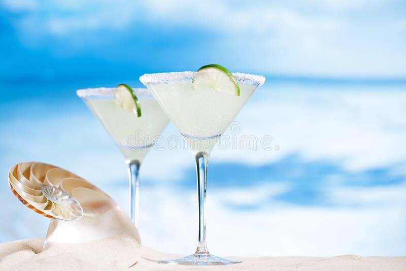 Κοκτέιλ της Μαργαρίτα στην παραλία, την μπλε θάλασσα και το υπόβαθρο ουρανού στοκ φωτογραφία με δικαίωμα ελεύθερης χρήσης
