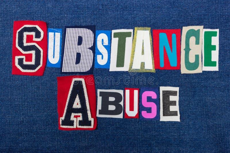 Κολάζ λέξης κειμένων ΚΑΤΑΧΡΗΣΗΣ ΟΥΣΙΩΝ, ζωηρόχρωμο ύφασμα στην μπλε έννοια τζιν, εθισμού και κατάχρησης στοκ φωτογραφία με δικαίωμα ελεύθερης χρήσης