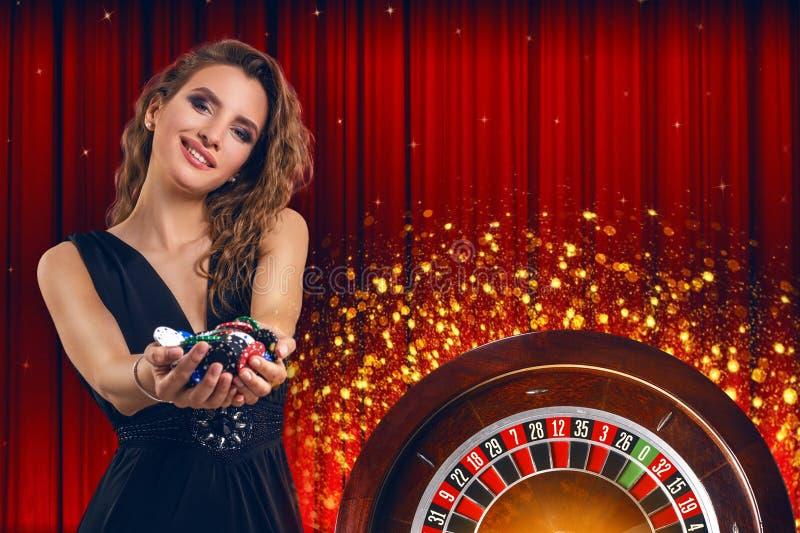 Κολάζ των εικόνων χαρτοπαικτικών λεσχών με τη ρουλέτα και τη γυναίκα με τα τσιπ στα χέρια στοκ φωτογραφία με δικαίωμα ελεύθερης χρήσης