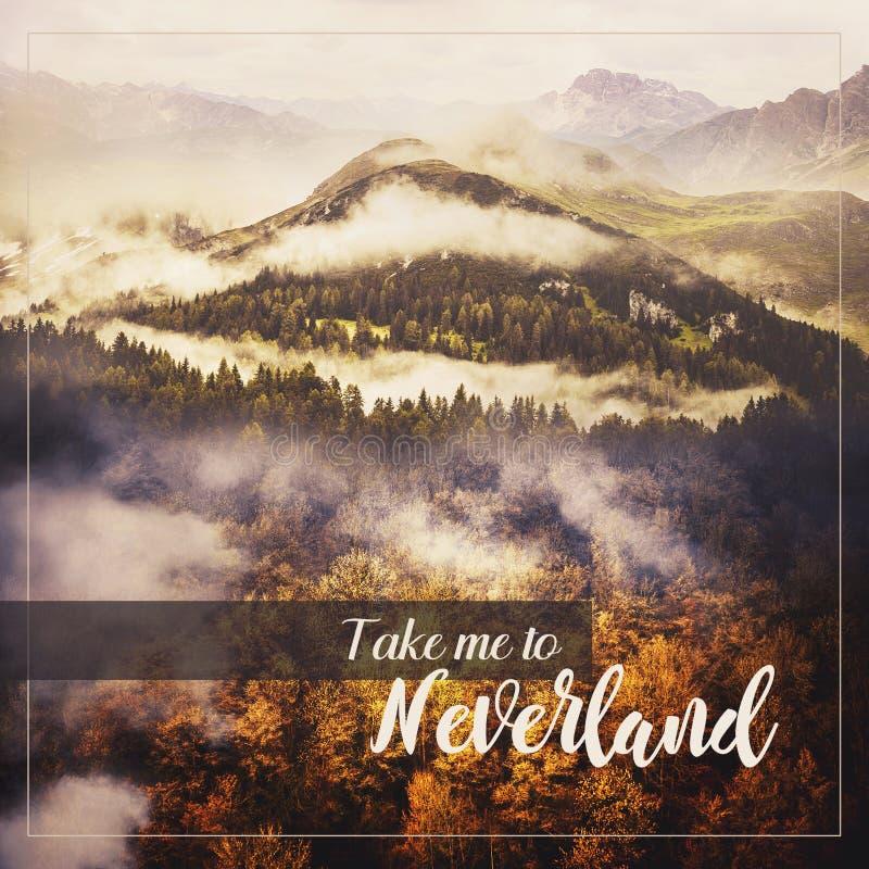 Κολάζ φωτογραφιών: Τοπίο αγριοτήτων Χρυσά φυλλώδη δέντρα, πράσινο Hill με τα κωνοφόρα δέντρα και μεγάλο βουνό Καιρός της Misty Mo στοκ εικόνα