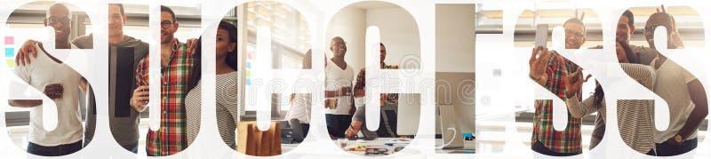 Κολάζ χαμογελαστών νέων επιχειρηματιών που διασκεδάζουν στην εργασία στοκ εικόνες