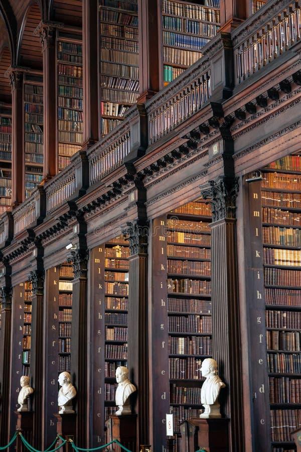 Κολλέγιο τριάδας βιβλίων βιβλιοθήκης στοκ εικόνες