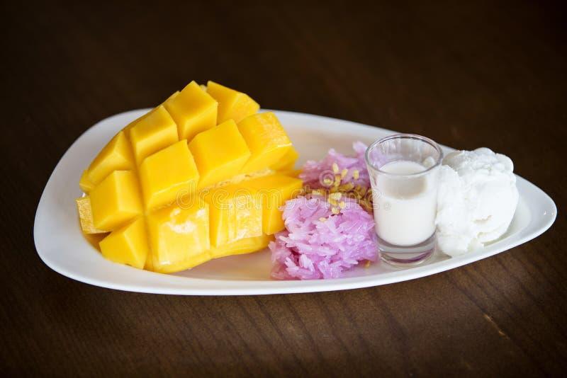 Κολλώδες μάγκο ρυζιού με το γάλα καρύδων στοκ φωτογραφία με δικαίωμα ελεύθερης χρήσης