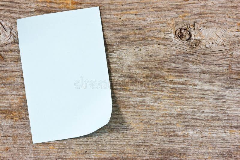 Κολλώδης σημείωση για την ξύλινη ανασκόπηση στοκ εικόνες με δικαίωμα ελεύθερης χρήσης