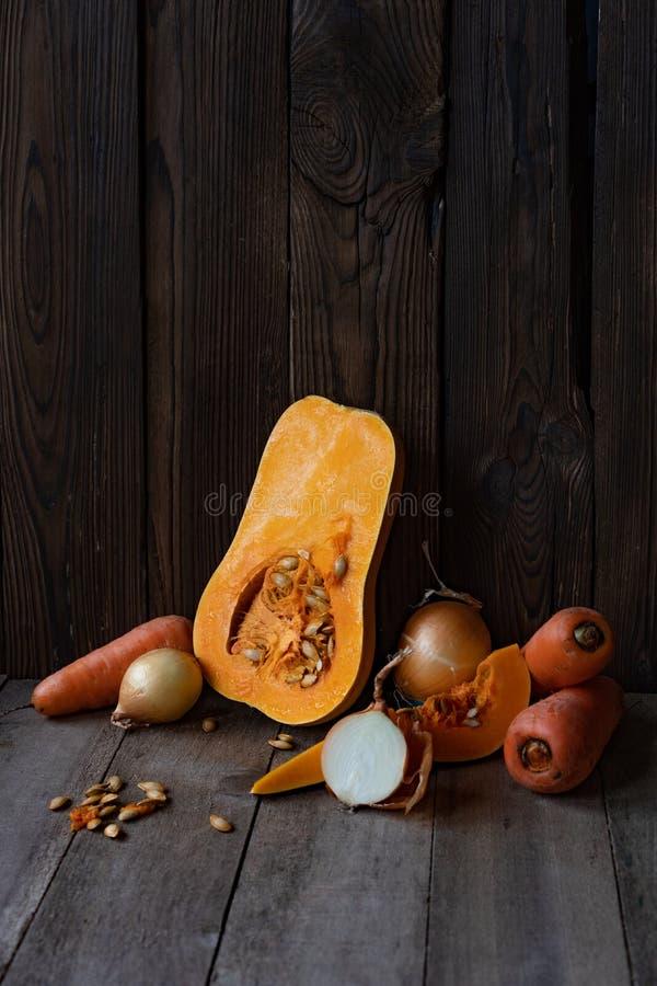 Κολοκύθα, κρεμμύδι και καρότο σε ένα ξύλινο υπόβαθρο, λαχανικά για στοκ εικόνες