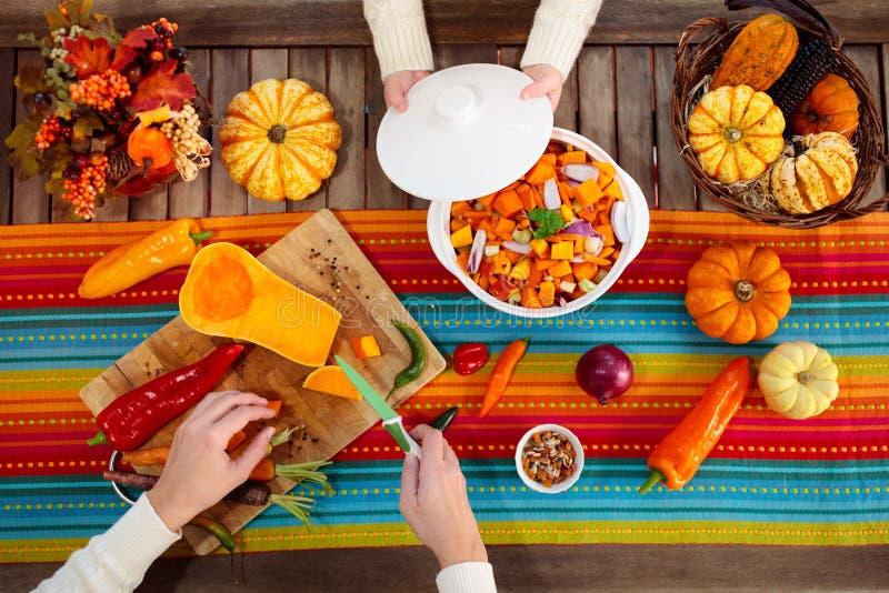 Κολοκύθα περικοπών μητέρων και κορών για το γεύμα φθινοπώρου στοκ εικόνα με δικαίωμα ελεύθερης χρήσης