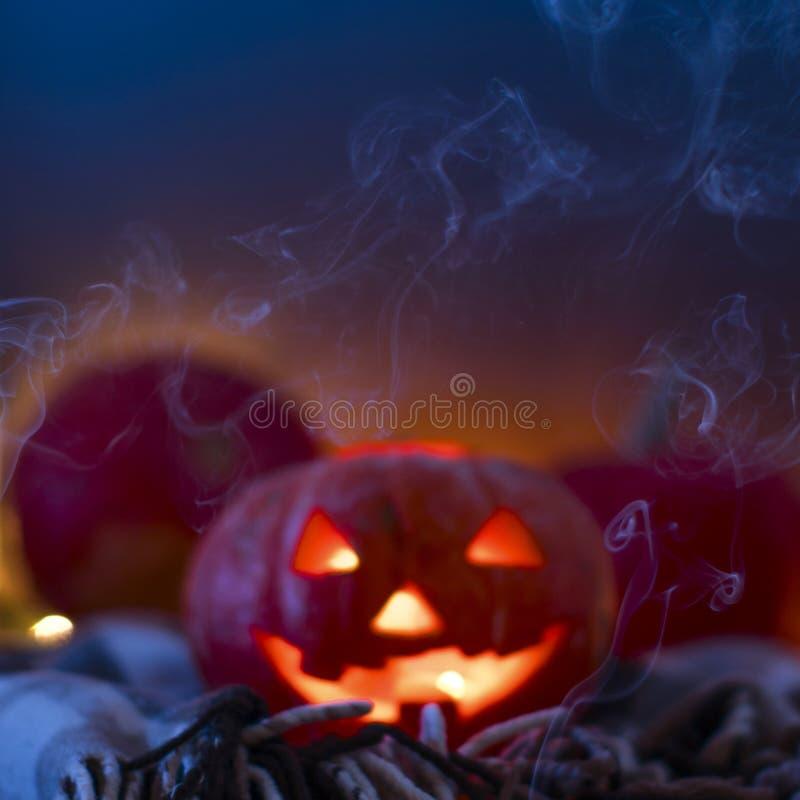 Κολοκύθες αποκριών φαναριών του Jack Ο, καίγοντας κεριά σύμβολο αποκριών στοκ εικόνες