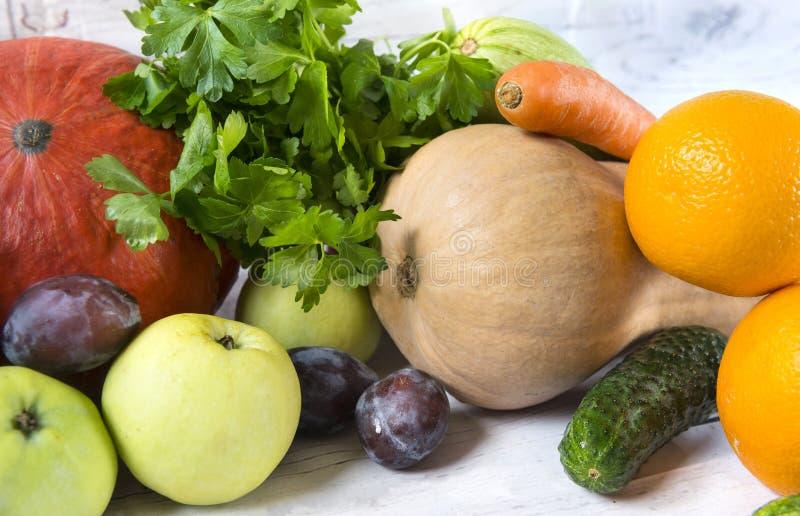 κολοκύθες, μήλα, πράσινα, αγγούρι, κολοκύθια, καρότο, δαμάσκηνο, fres στοκ εικόνες