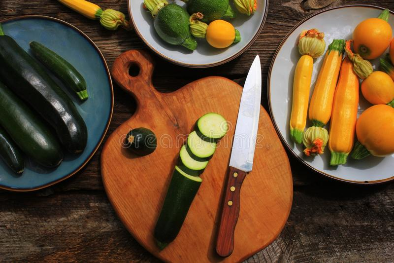 Κολοκύθια ποικιλίας, κολοκύνθη σε ένα ξύλινο υπόβαθρο, τοπ άποψη Χορτοφάγος έννοια τροφίμων διατροφής Μαγειρεύοντας συστατικά στοκ εικόνες