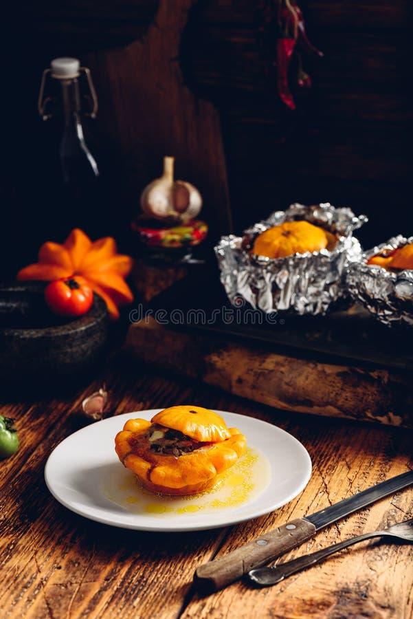 Κολοκύνθη Pattypan που γεμίζουν με το κρέας στοκ φωτογραφία με δικαίωμα ελεύθερης χρήσης