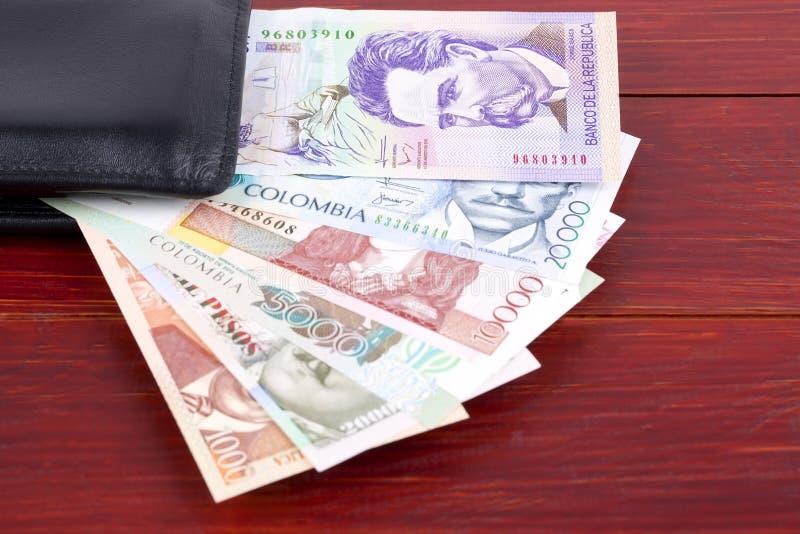 Κολομβιανά χρήματα στο μαύρο πορτοφόλι στοκ φωτογραφία με δικαίωμα ελεύθερης χρήσης