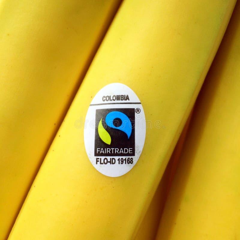 Κολομβιανές μπανάνες με το σύμβολο τίμιου εμπορίου σε μια αυτοκόλλητη ετικέττα στοκ εικόνα με δικαίωμα ελεύθερης χρήσης