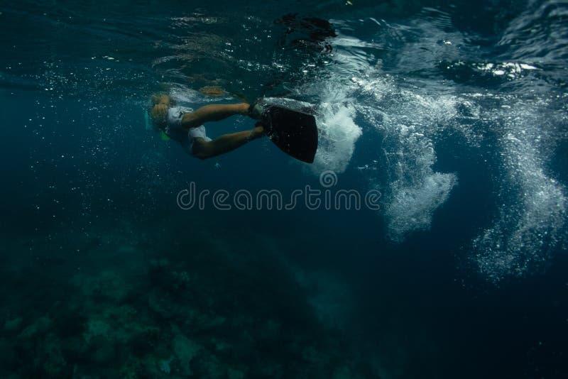 Κολυμπήστε με αναπνευτήρα υποθαλάσσιος στοκ φωτογραφίες με δικαίωμα ελεύθερης χρήσης