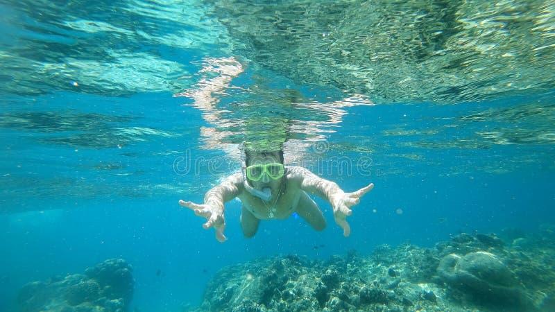 Κολυμπώντας με αναπνευτήρα το άτομο κάτω από το νερό με μια μάσκα ο Ινδικός Ωκεανός στοκ φωτογραφία με δικαίωμα ελεύθερης χρήσης