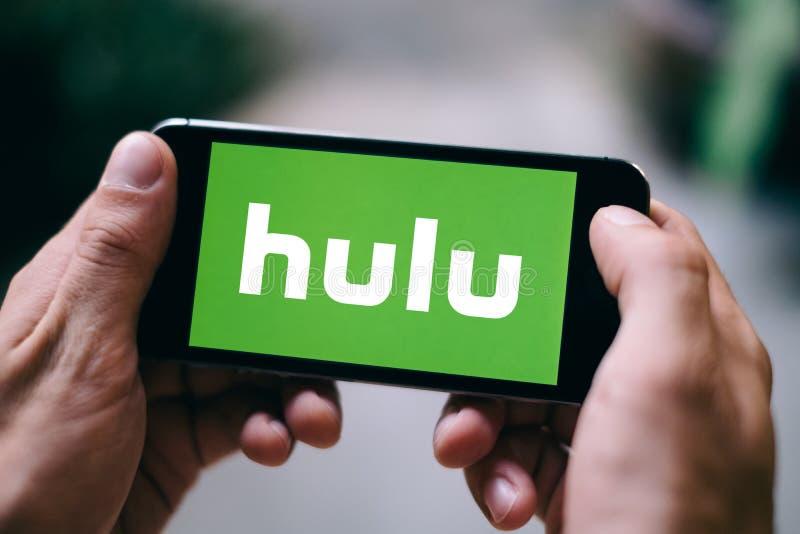 ΚΟΛΩΝΙΑ, ΓΕΡΜΑΝΙΑ - 27 ΦΕΒΡΟΥΑΡΊΟΥ 2018: Κινηματογράφηση σε πρώτο πλάνο του λογότυπου Hulu που επιδεικνύεται στο iPhone της Apple στοκ εικόνες με δικαίωμα ελεύθερης χρήσης