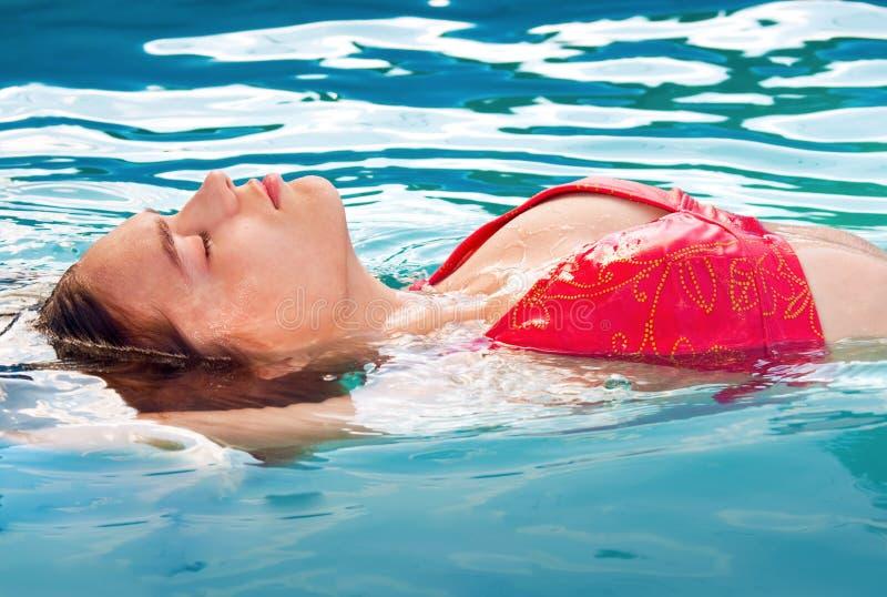 κολύμβηση κοριτσιών στοκ φωτογραφίες