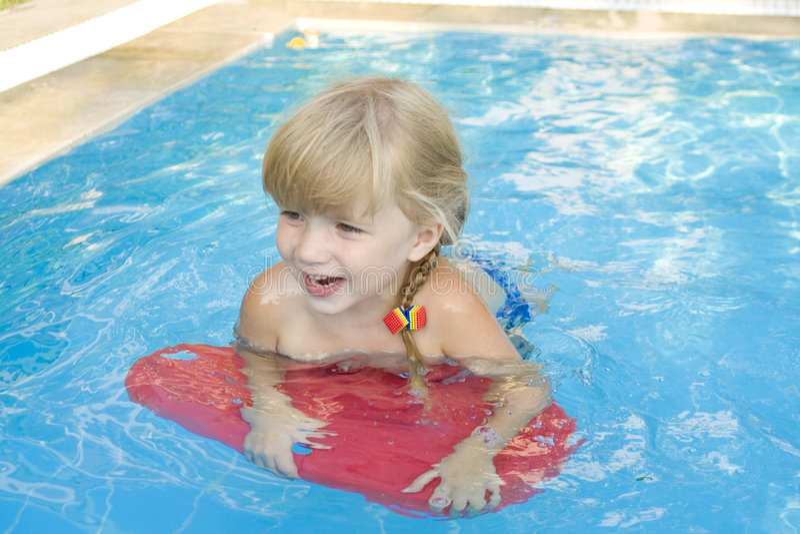 κολύμβηση λιμνών κοριτσιώ&nu στοκ φωτογραφία