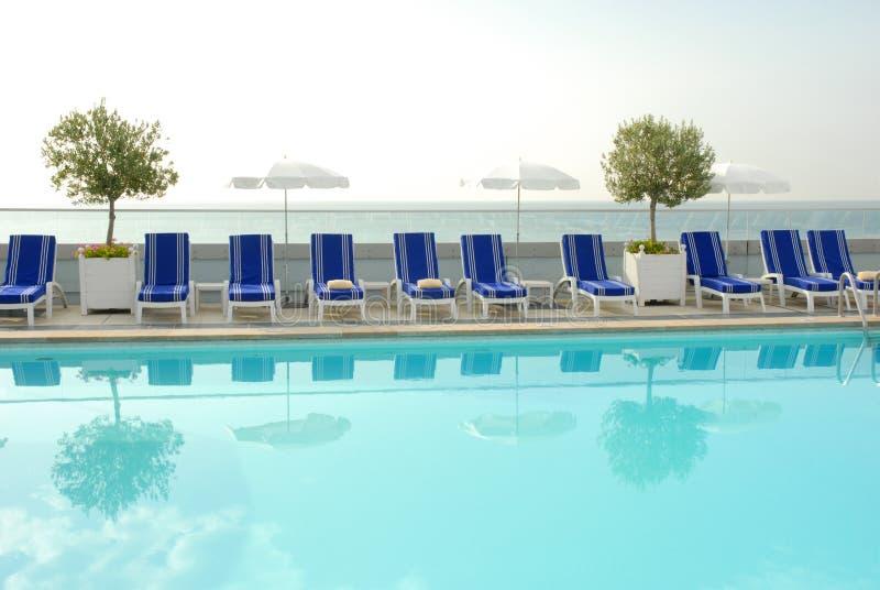 κολύμβηση λιμνών ξενοδοχ&e στοκ φωτογραφία