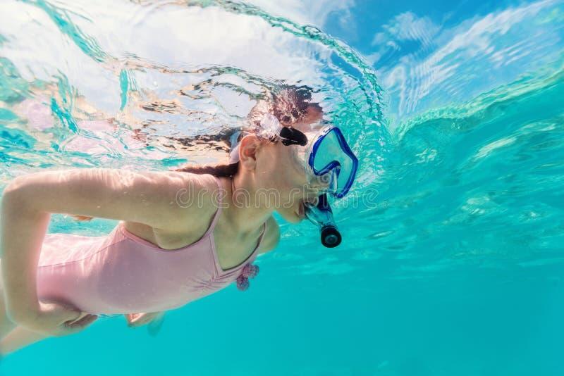 Κολύμβηση με αναπνευστήρα μικρών κοριτσιών στοκ εικόνες με δικαίωμα ελεύθερης χρήσης
