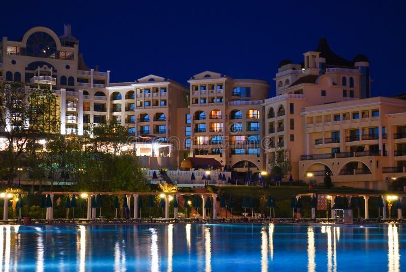 κολύμβηση πέντε ξενοδοχείων αστεριών λιμνών ιδιωτική στοκ εικόνες