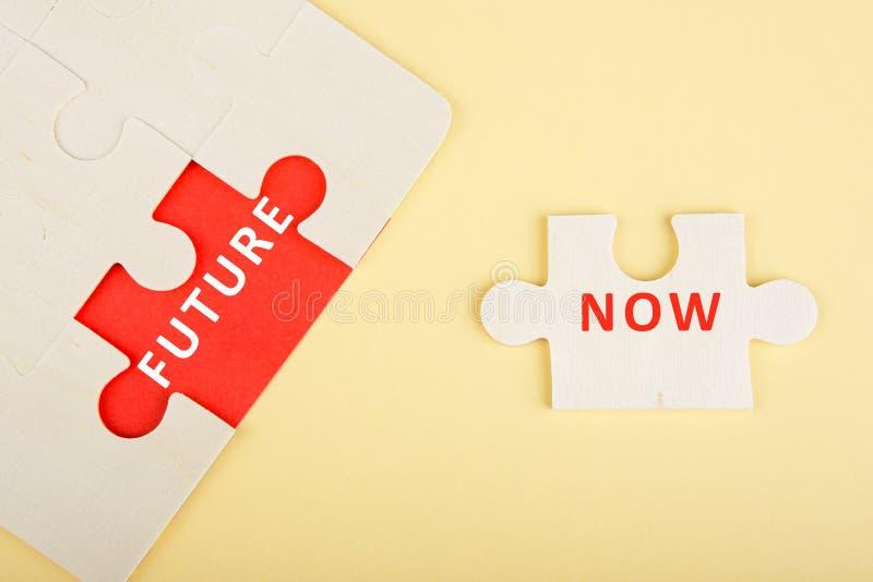 Κομμάτια γρίφων τορνευτικών πριονιών με τις λέξεις & x22 Now& x22  και & x22 Future& x22  στοκ φωτογραφία με δικαίωμα ελεύθερης χρήσης