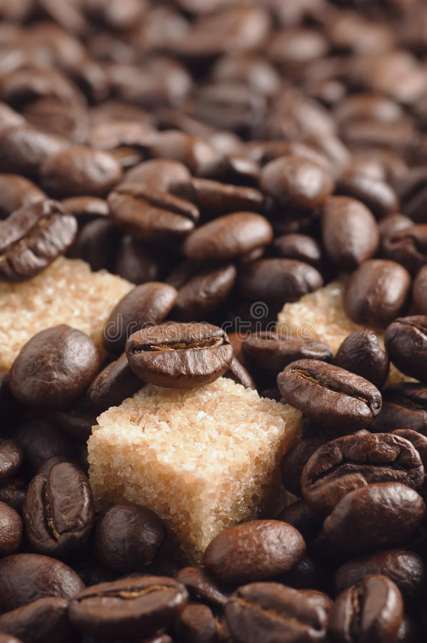 Download Κομμάτια ζάχαρης καλάμων που καλύπτονται από τα ψημένα φασόλια καφέ Στοκ Εικόνες - εικόνα από μαγείρεμα, καφές: 62720554