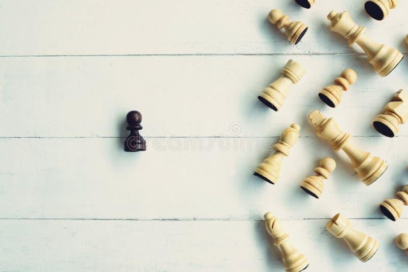 Κομμάτια σκακιερών και σκακιού στο άσπρο ξύλινο υπόβαθρο, ανταγωνιστική έννοια στοκ φωτογραφίες με δικαίωμα ελεύθερης χρήσης