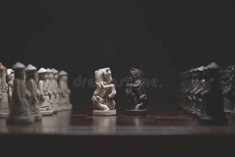 Κομμάτια σκακιού πρόσωπο με πρόσωπο στοκ φωτογραφία με δικαίωμα ελεύθερης χρήσης