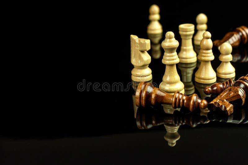 Κομμάτια σκακιού σε ένα μαύρο υπόβαθρο Σκάκι παιχνιδιού ματ Η έννοια της ήττας και της νίκης στοκ φωτογραφία με δικαίωμα ελεύθερης χρήσης