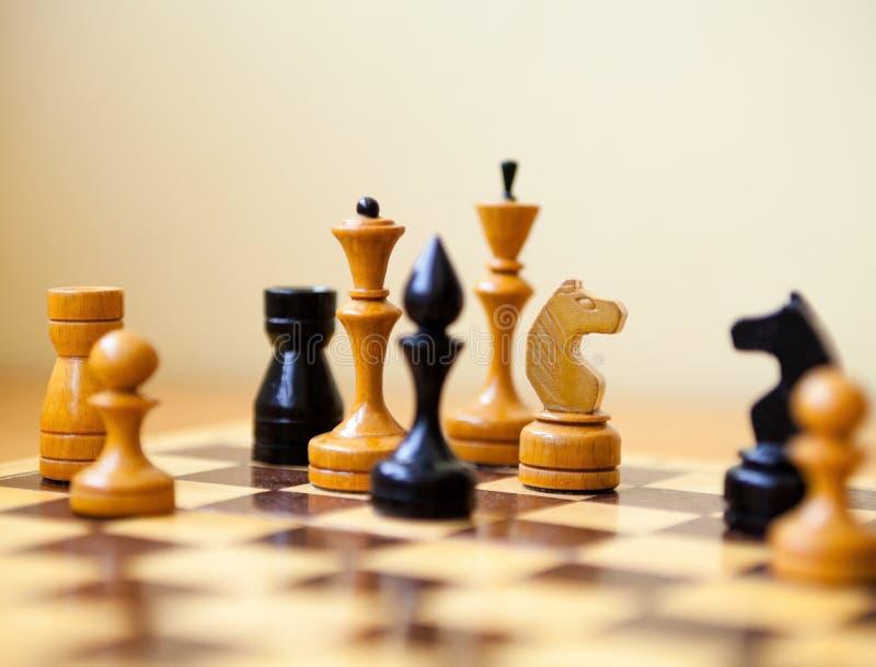 Κομμάτια σκακιού στη σκακιέρα στοκ εικόνες με δικαίωμα ελεύθερης χρήσης