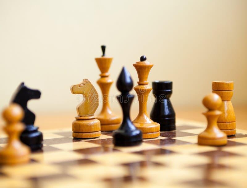 Κομμάτια σκακιού στη σκακιέρα στοκ εικόνα με δικαίωμα ελεύθερης χρήσης